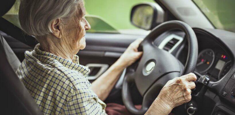 Fahrtests & Seniorenzuschläge: Wie Oma & Opa bei der Kfz-Versicherung sparen können